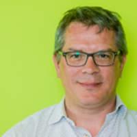 Portret van man met effen limoengroene achtergrond.