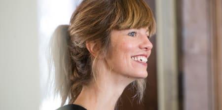 Portret van glimlachende vrouw.