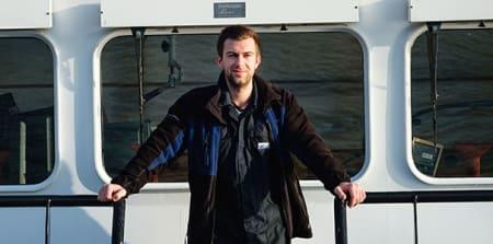Portret van loodsmedewerker op schip.