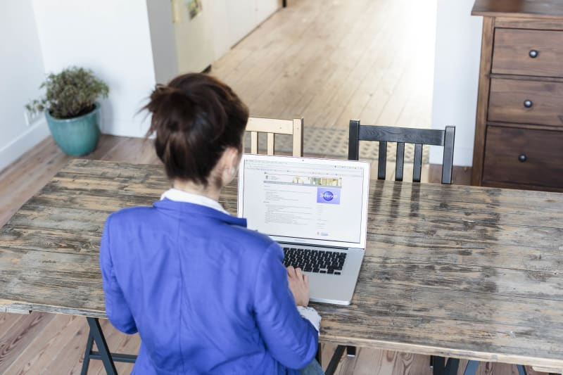 Vrouw werkt aan laptop.