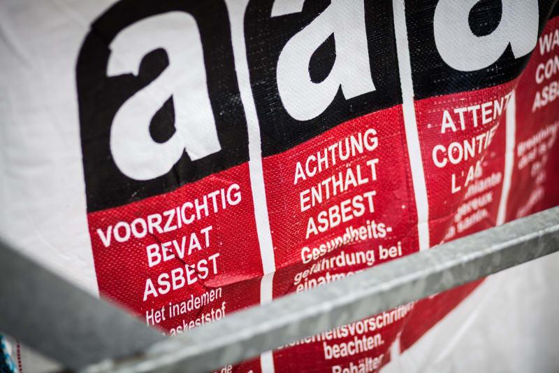 Een detail van een speciale afvalzak waar asbest in zit