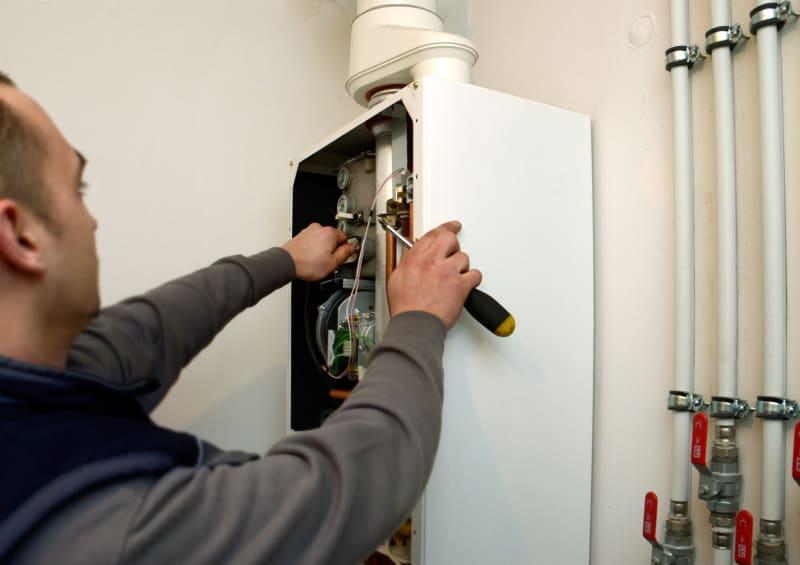 Loodgieter herstelt verwarmingsapparaat