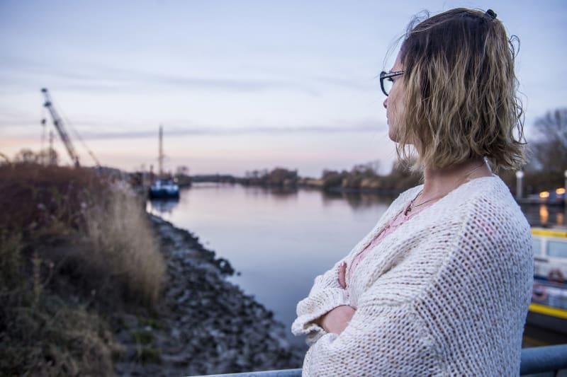 Vrouw kijkt naar zonsondergang