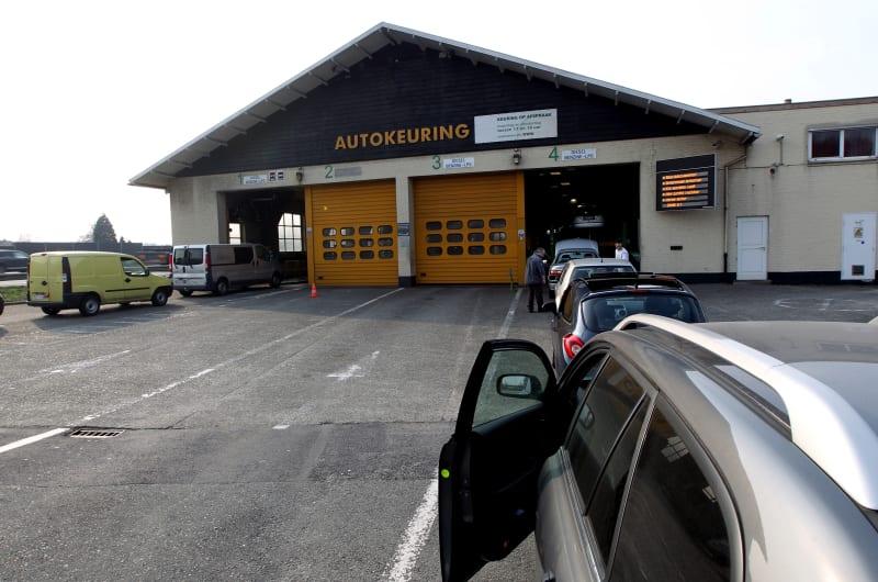 Auto's in de rij voor autokeuring.