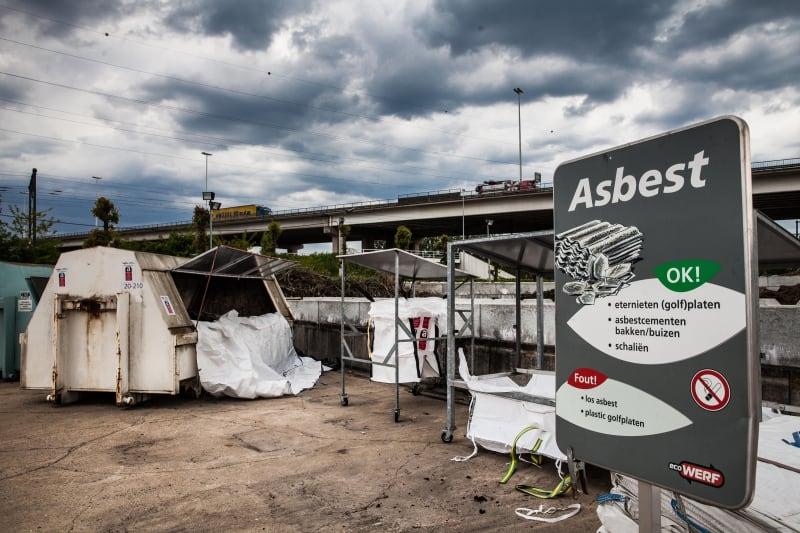 Asbestcontainer op een containerpark.
