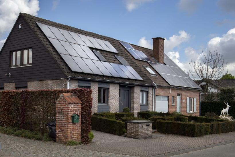 Twee woningen naast elkaar met beide zonnepanelen op hun dak
