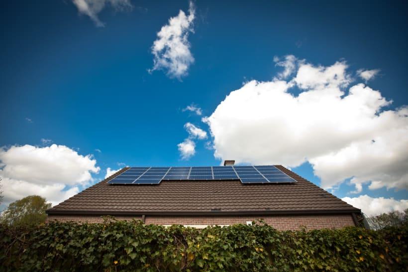 Een dak met zonnepanelen