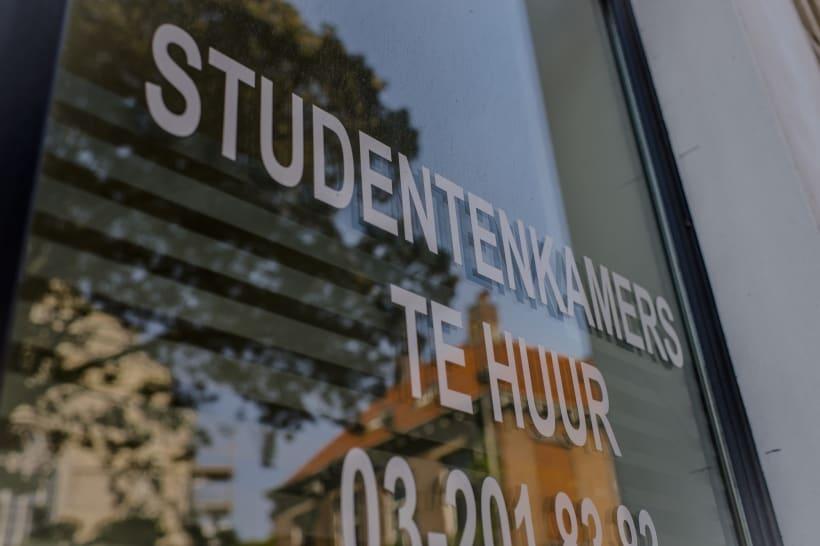 """Ruit met bestickering: """"Studentenkamers te huur""""."""