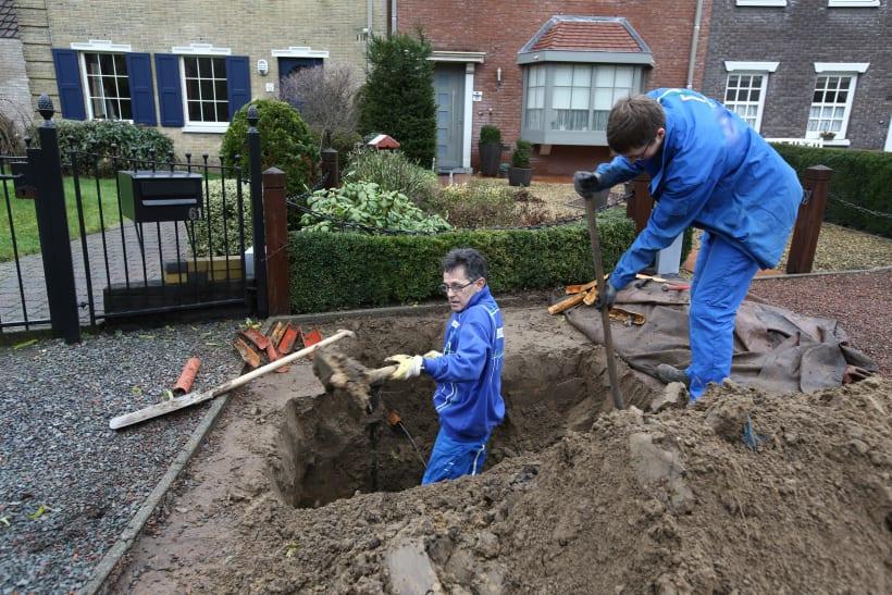 Arbeiders voeren elektriciteitswerken werken uit.