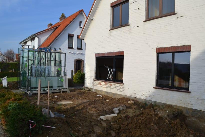 Nieuw dubbel glas voor ramen in een woonhuis staat klaar om geplaatst te worden