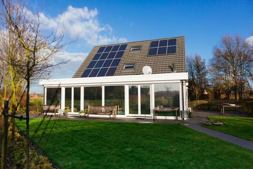 Huis met dak vol zonnepanelen.