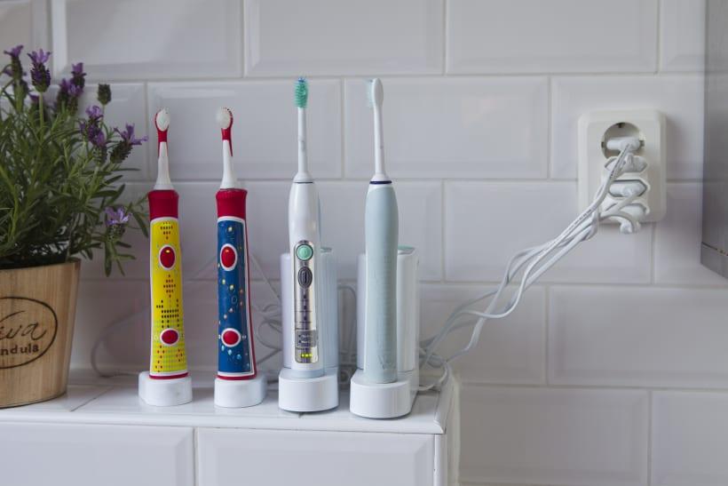 4 elektrische tandenborstels op een rijtje.