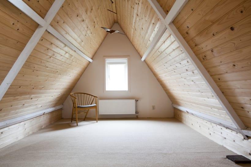 Een zolderkamer onder een schuin dak