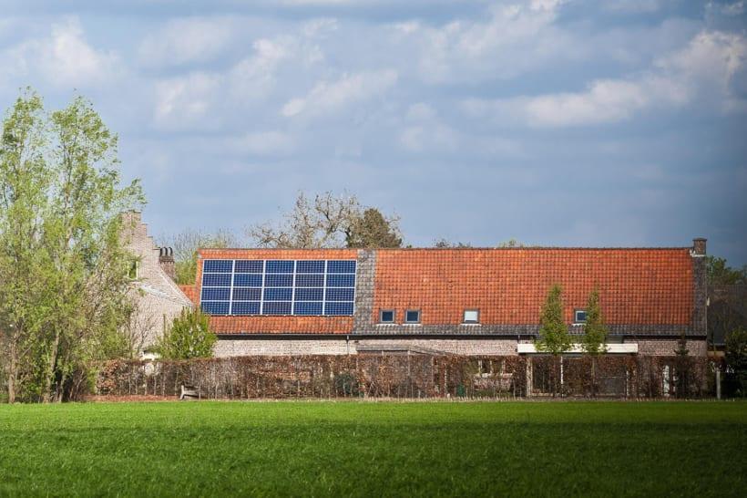 Hoeve met zonnepanelen op het platteland.