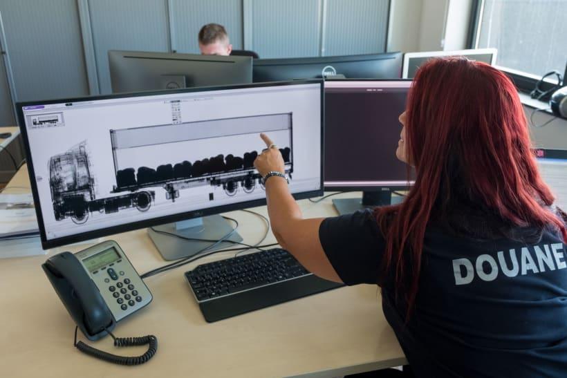 Douanebeambte  controleert de inhoud van een vrachtwagen.