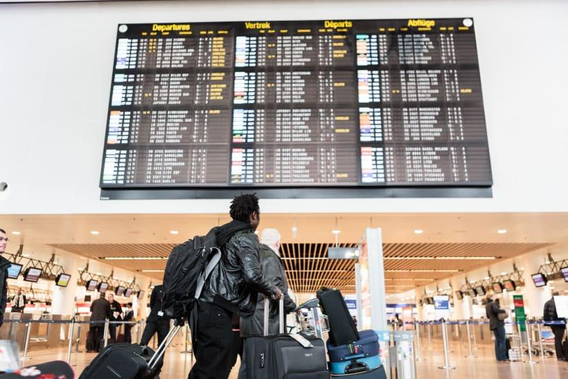 Man kijkt naar het vertrekbord op de luchthaven in Zaventem.