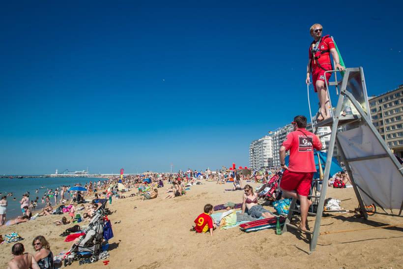 Redders waken over een druk strand.