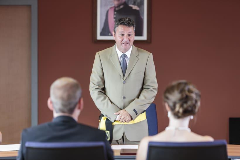 Burgervader aan het woord tijdens de wettelijke trouw van een koppel.