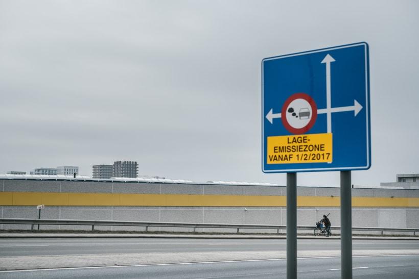 Een verkeersbord laat zien dat op die plaats de lage emissiezone start