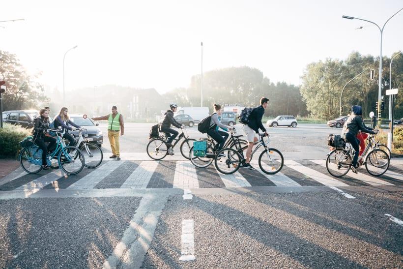 Klaar-over laat fietsers oversteken op een druk kruispunt.