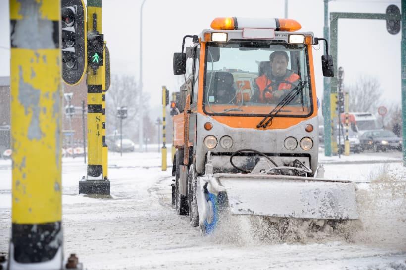 Er wordt zout gestrooid op de weg bij sneeuw