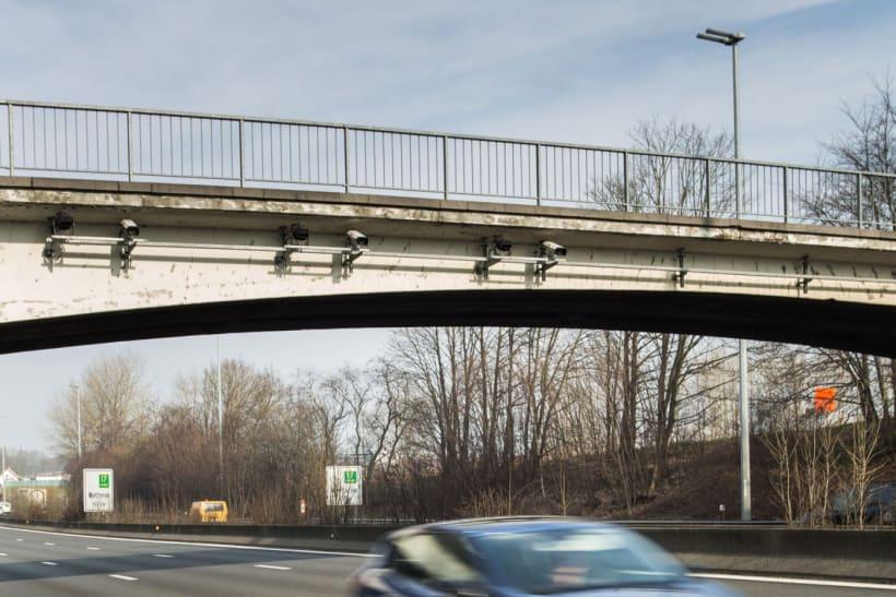 Auto rijdt onder brug door.