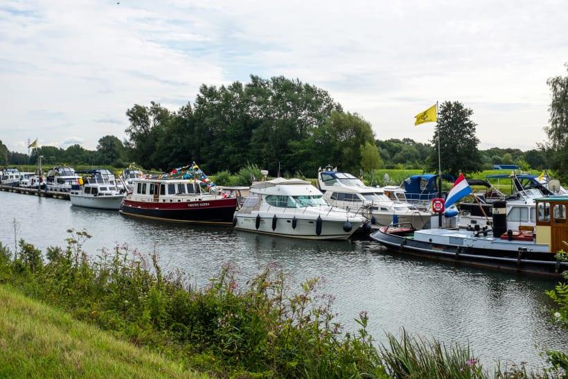 Verschillende bootjes op een kanaal