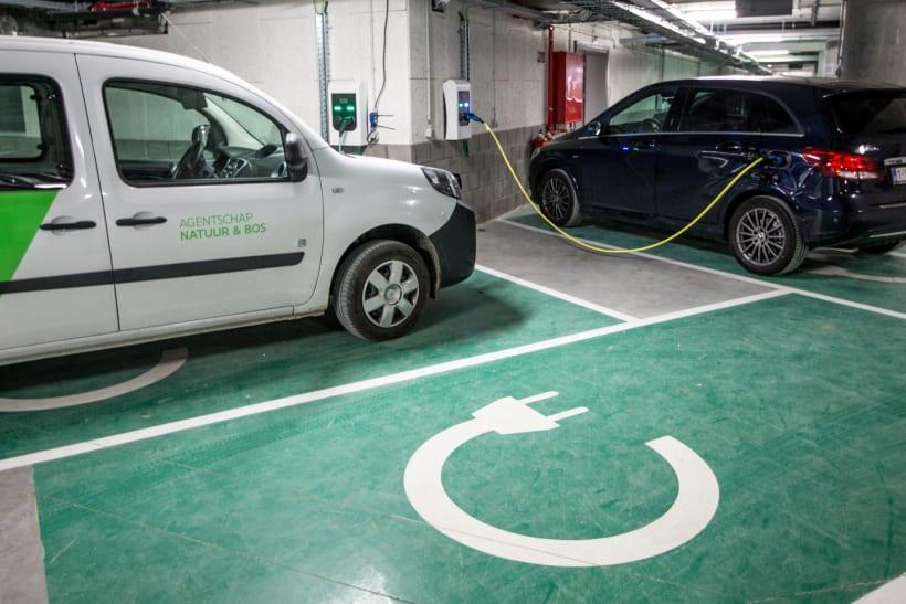 Twee elektrische wagens worden opgeladen in een garage