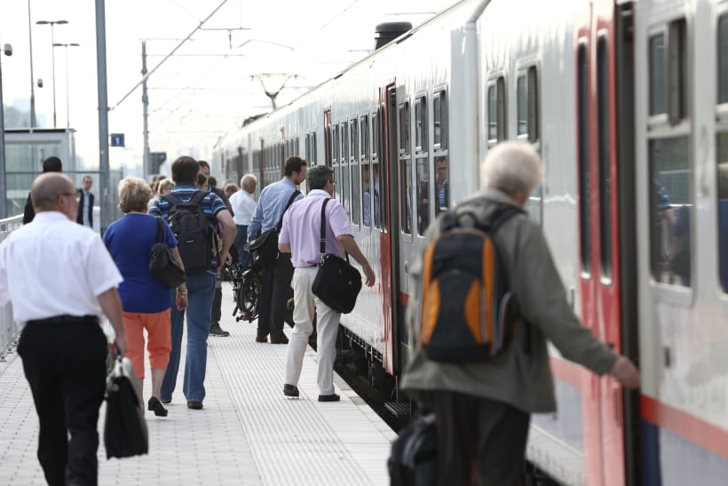 Mensen stappen in en uit een trein.