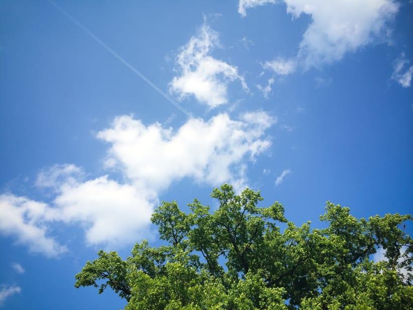 Zicht op een mooie blauwe lucht met enkele witte wolken