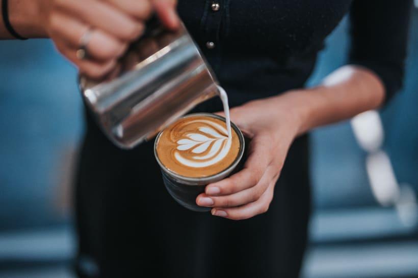 Barista schenkt koffie