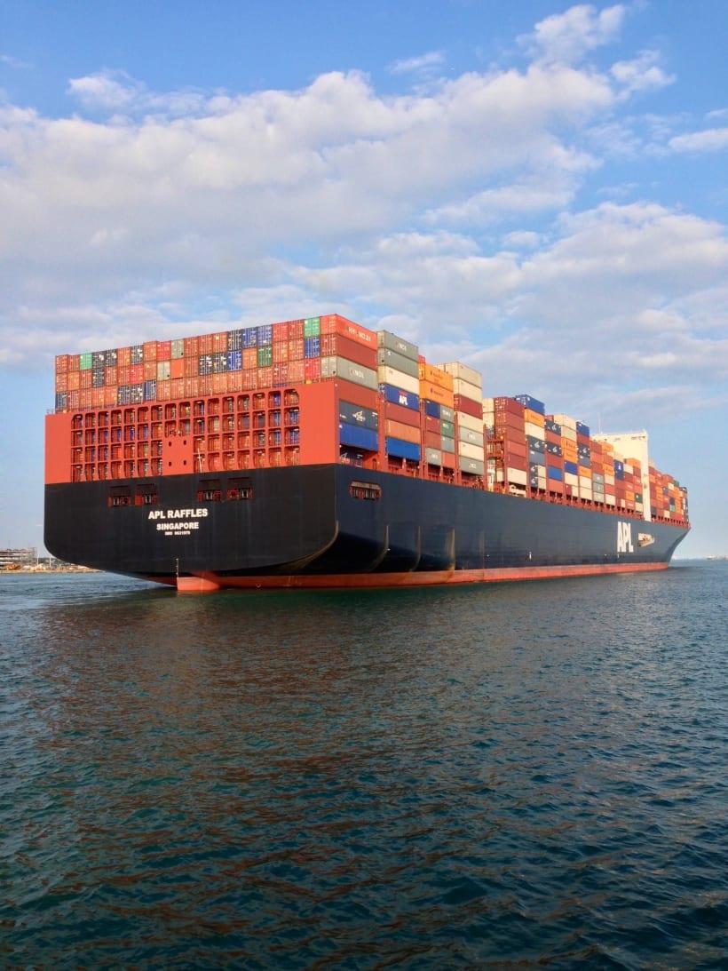 Groot containerschip op zee