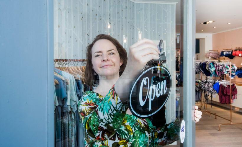 Winkeluitbaatster opent haar winkel.