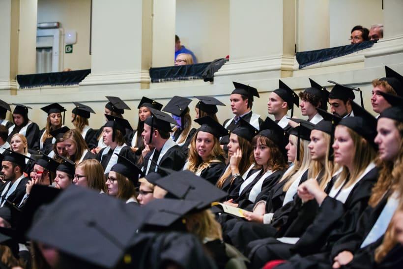 Studenten in toga tijdens proclamatie.
