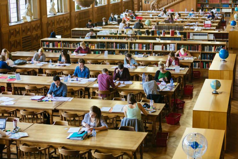 Studenten studeren in een bibliotheek.