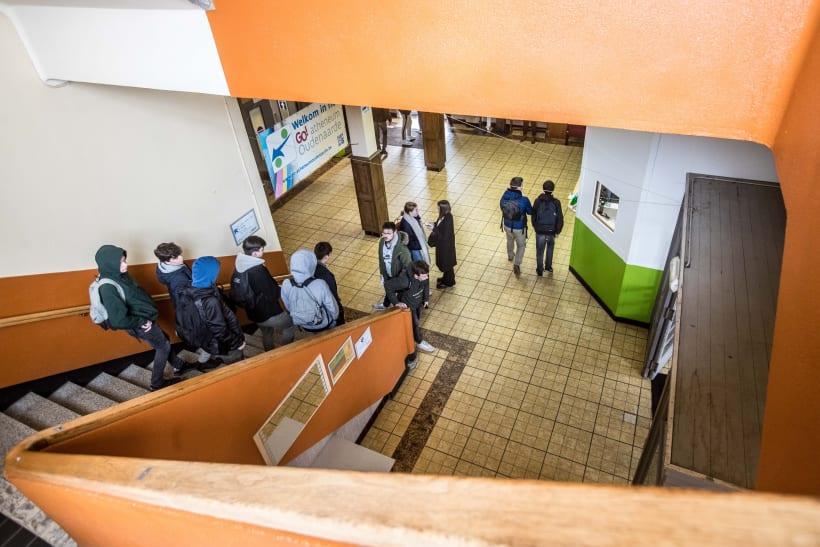 Jongeren in een gang van een secundaire school