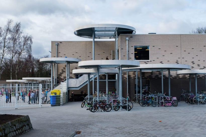 Schoolgebouw met zicht op speelplaats en fietsenstalling