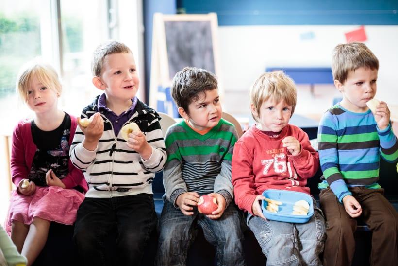 Kleuters eten samen fruit in de klas