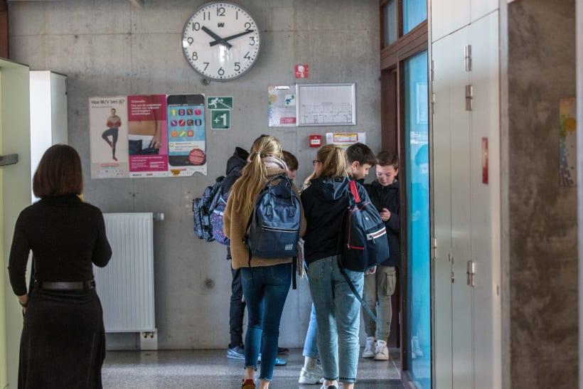 Gang in middelbare school met klok aan de muur