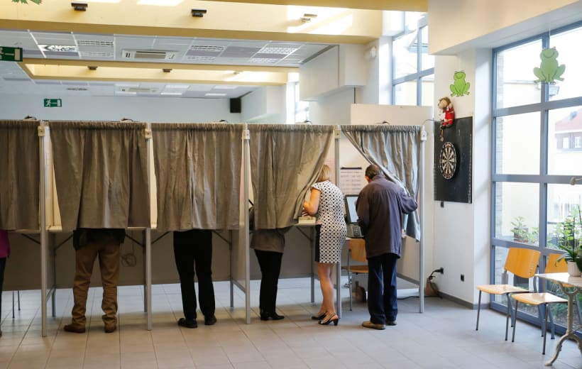Mensen die stemmen in stemhokjes