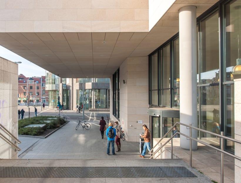 Buitenkant van het Dirk Boutsgebouw van de Vlaamse Overheid in Leuven (VAC Leuven).