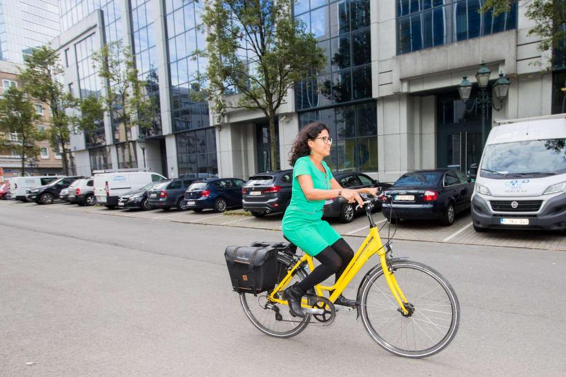 Vrouw fiets met dienstfiets in Brussel