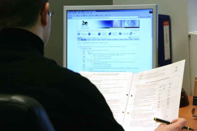 Man bekijkt elektronische én papieren personenbelasting