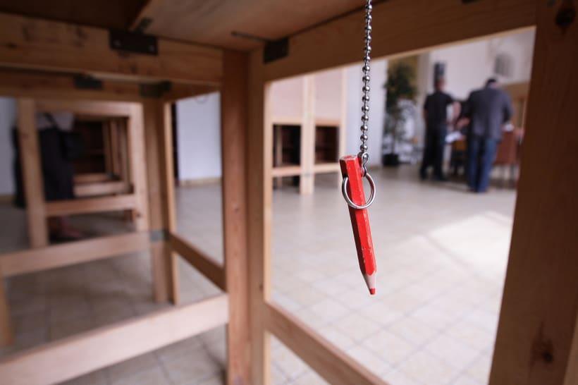 beeld van een rood potlood bij een stemhokje