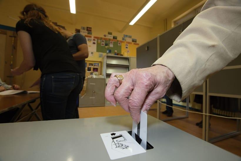 Oudere persoon met zijn stemkaart