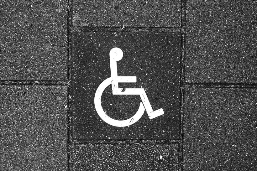 Een symbool voor een parkeerplaats voor personen met een handicap.