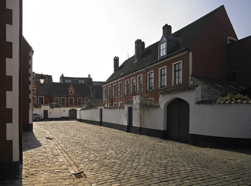 Huizen en straat in begijnhof