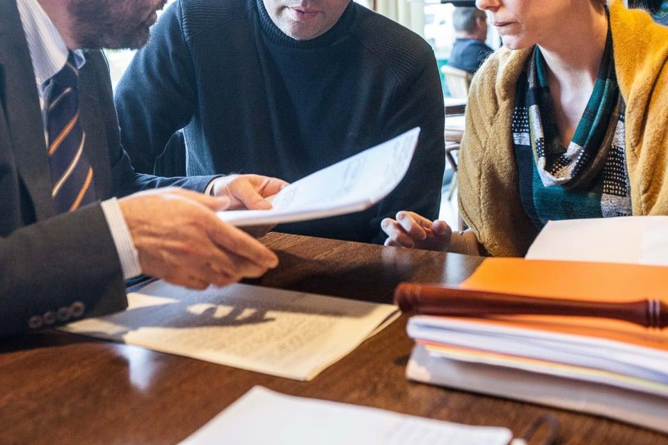 Koppel in gesprek met een notaris