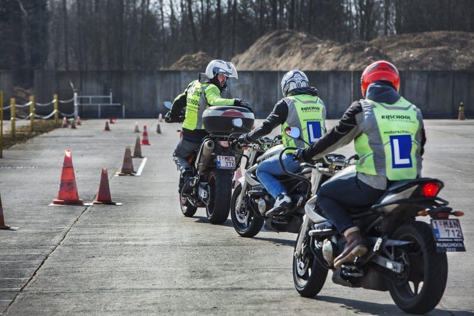 Leerlingen van de motorrijschool.