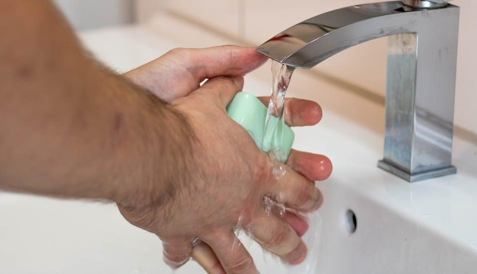 man wast handen